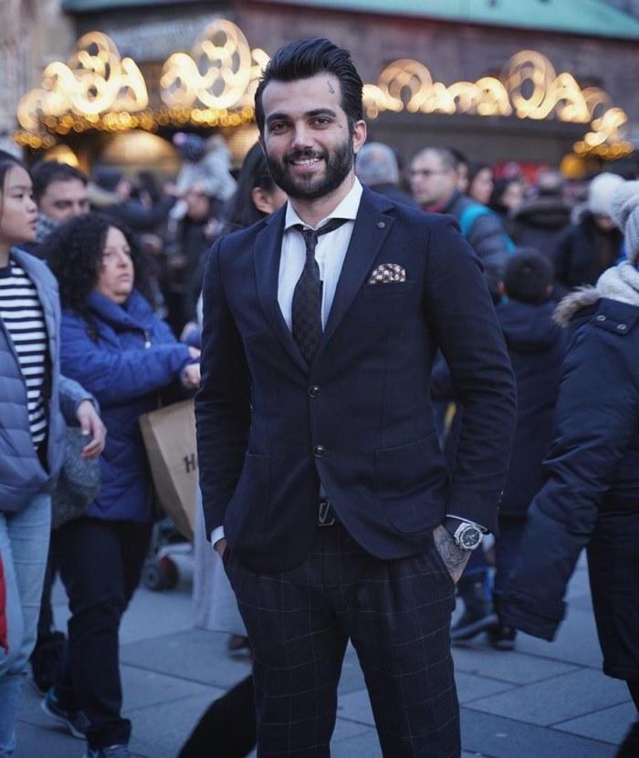 pooyan mokhtari formal suit beard 863x1024 1 - بازی انفجار حضرات بت پویان مختاری - ثبت نام و ورود به بازی